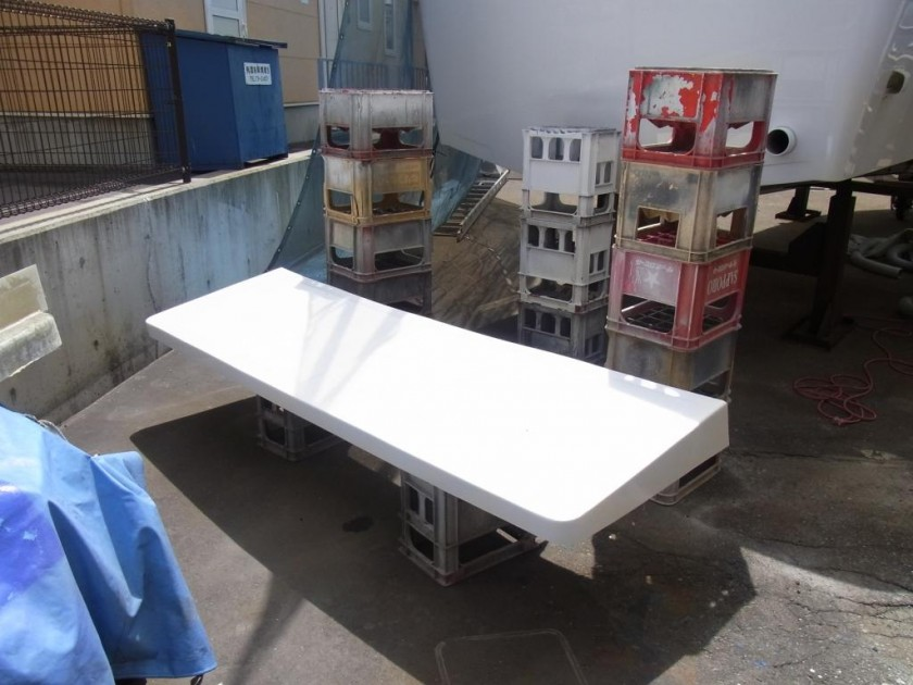 さあ当店の十八番、トランサムステップを大工さんがFRPで自作し、船体へ取付ます。
